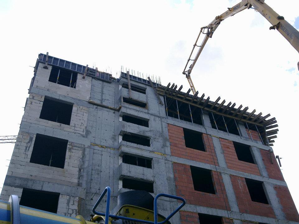 Etap budowy budynku od podstaw.