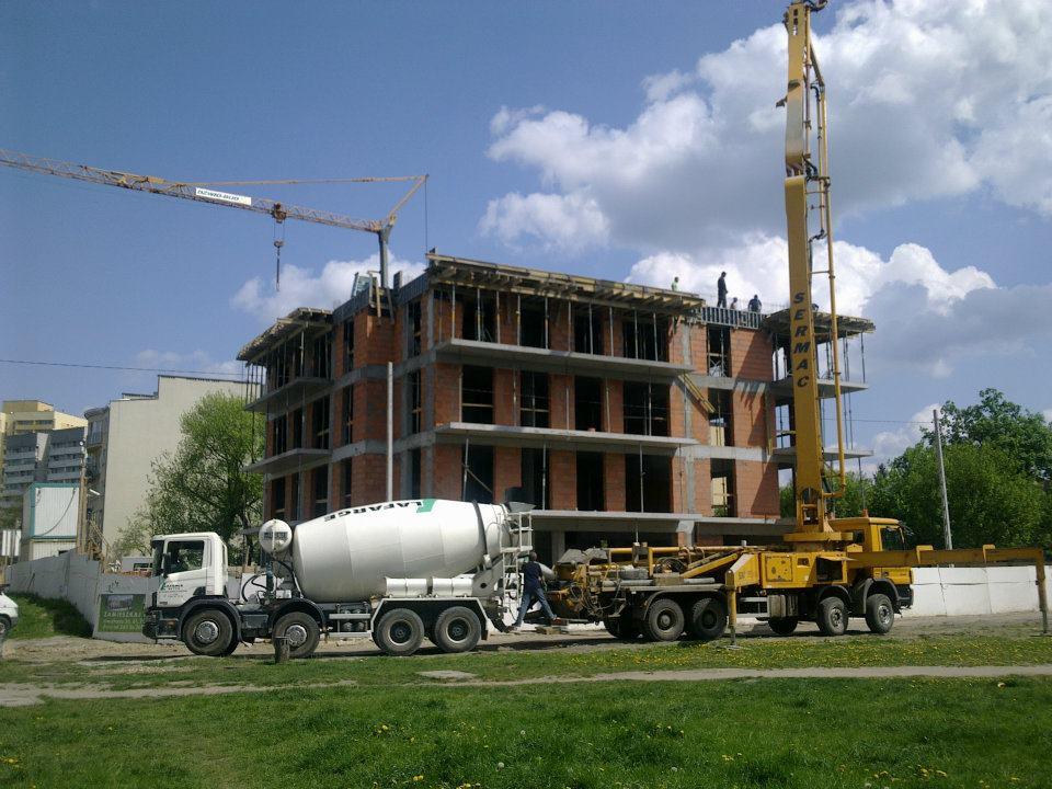 Proces budowy elewacji budynku.